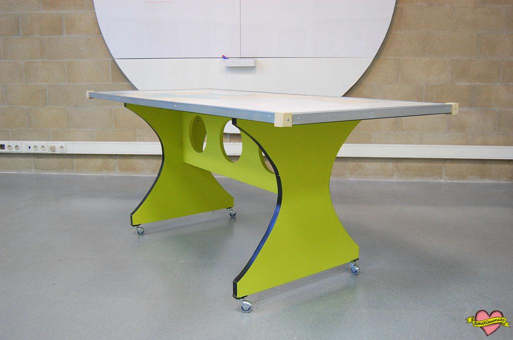 mesa transformada retrofuturista