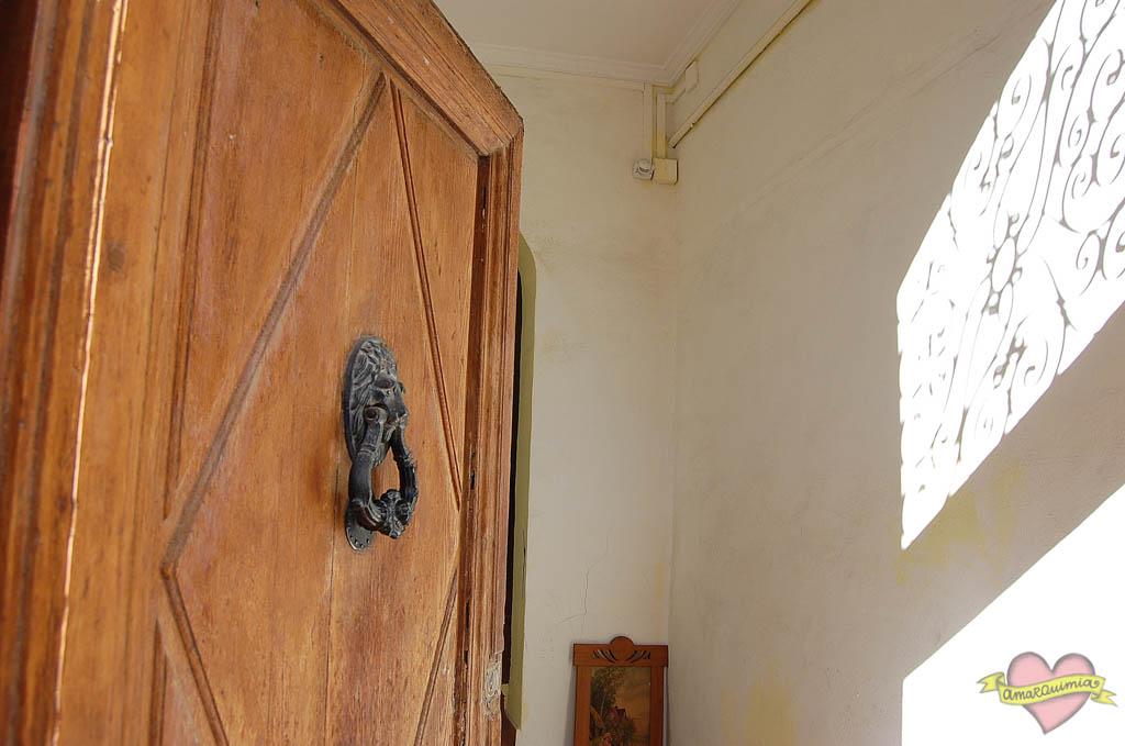 puerta de entrada de madera y hierro edificio antiguo