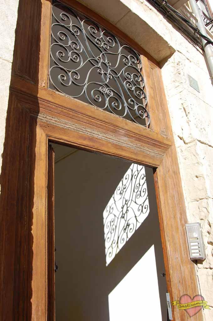 puerta de entrada edificio antiguo centro de Alicante