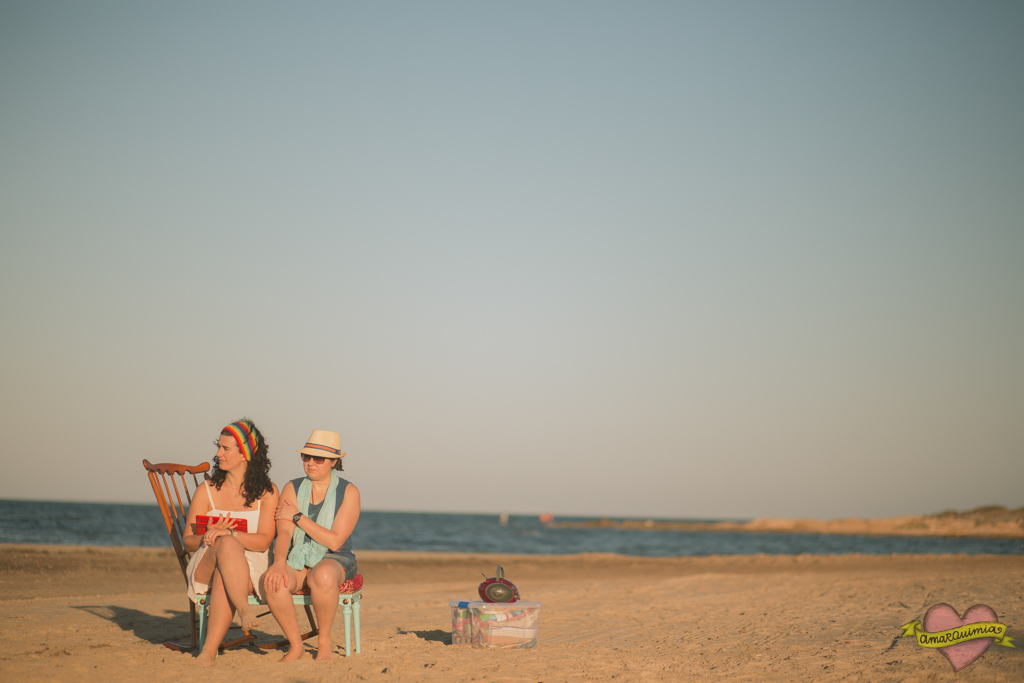 sesión de fotos en la playa con muebles recuperados