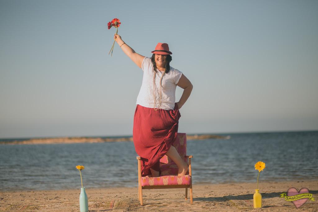 sesión de fotos sillón nórdico restaurado y tapizado en la playa