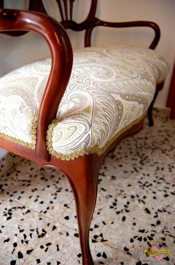 detalle tapicería conjunto sofá y sillón antiguos
