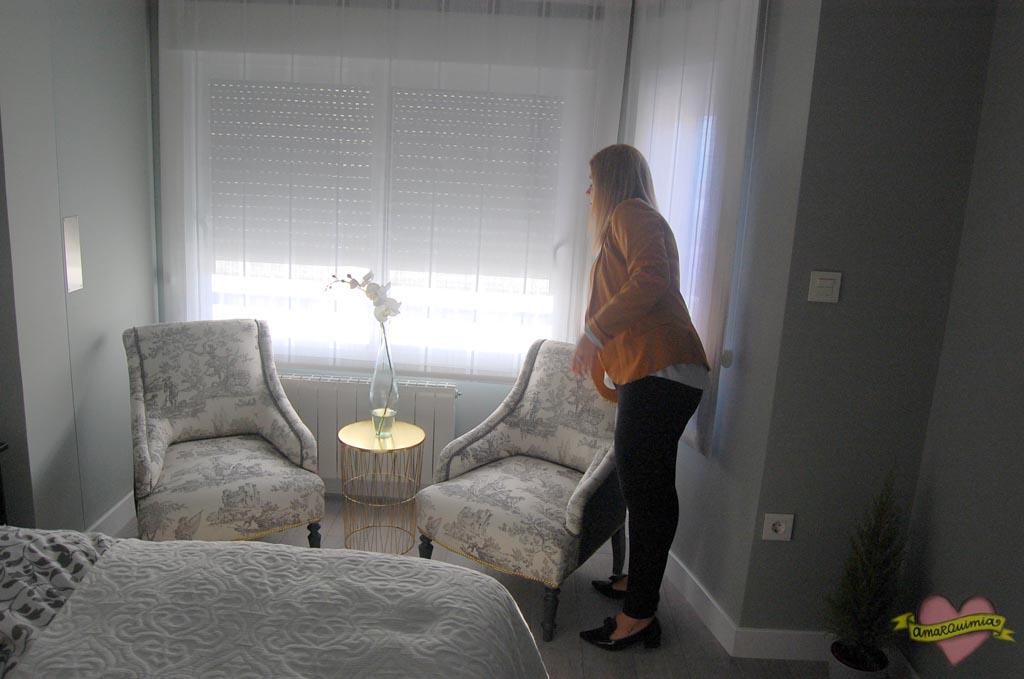 dormitorio con descalzadoras de diseño y taller